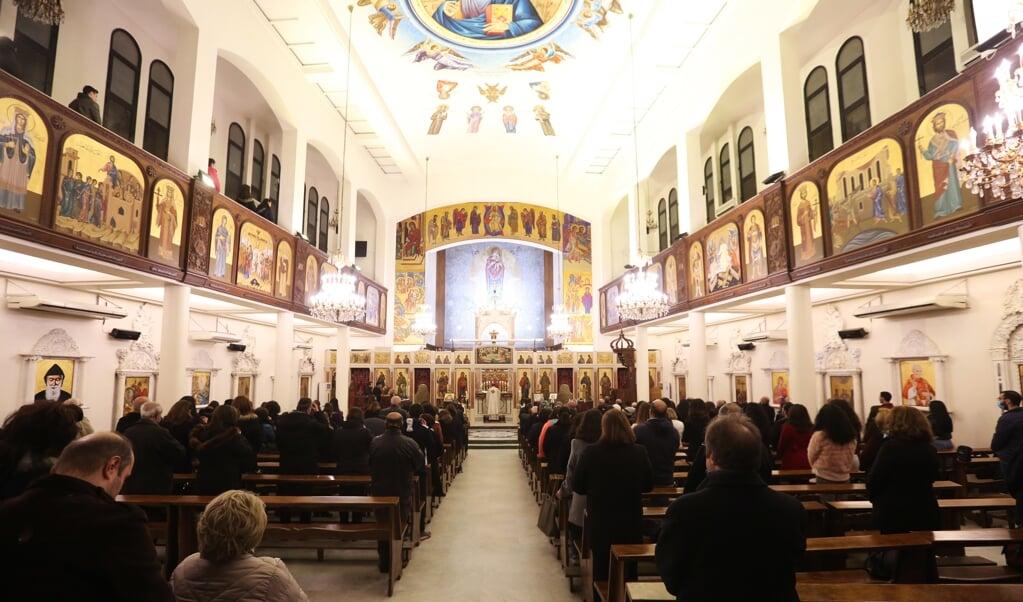 Syrische christenen vieren het kerstfeest in Damascus. Hoewel de oorlog in het land voor behoorlijk wat verwoestingen heeft gezorgd, is het centrum van de hoofdstad grotendeels intact.  (beeld epa / Youssef Badawi)
