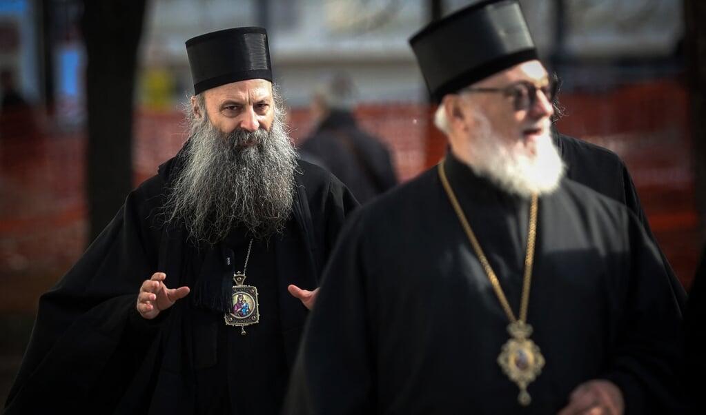 Bisschop Porfirije (l) is gekozen tot nieuwe leider van de Servische Orthodoxe Kerk.  (beeld afp / Olivr Bunic)