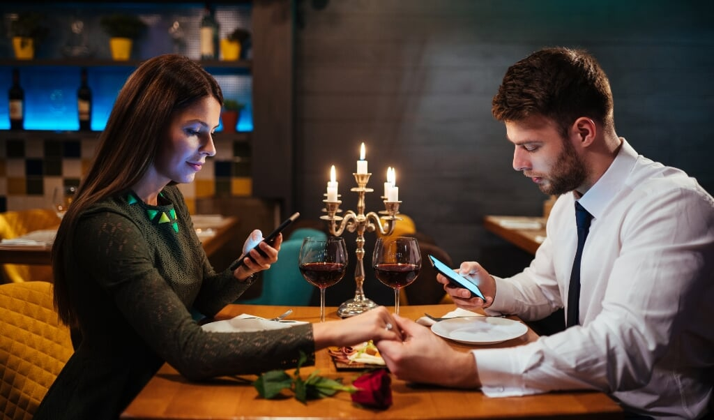 Af en toe een flirterig appje sturen naar je geliefde kan geen kwaad voor de romantiek.  (beeld istock)