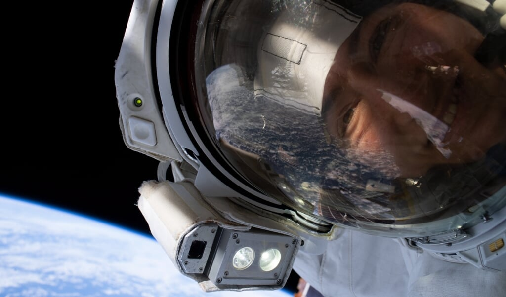 Een 'ruimte-selfie' van NASA-astronaut Christina Koch in 2019. ESA wil met de nieuwe selectie het aantal vrouwen in de ruimte verhogen.  (beeld epa / nasa)