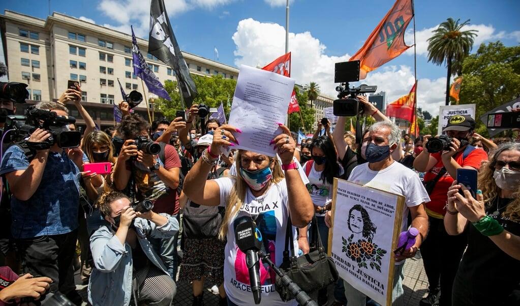 Argentijnse vrouwen lezen tijdens een demonstratie tegen gendergerelateerd geweld de namen voor van de tientallen vrouwen die dit jaar zijn vermoord.  (beeld epa / Demian Alday Estãvez)