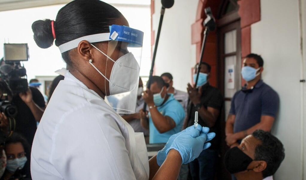 In Victoria, de hoofdstad van de Seychellen, krijgen inwoners een vaccinatie die is geproduceerd door Sinopharm.  (beeld afp / Rassin Vannier)