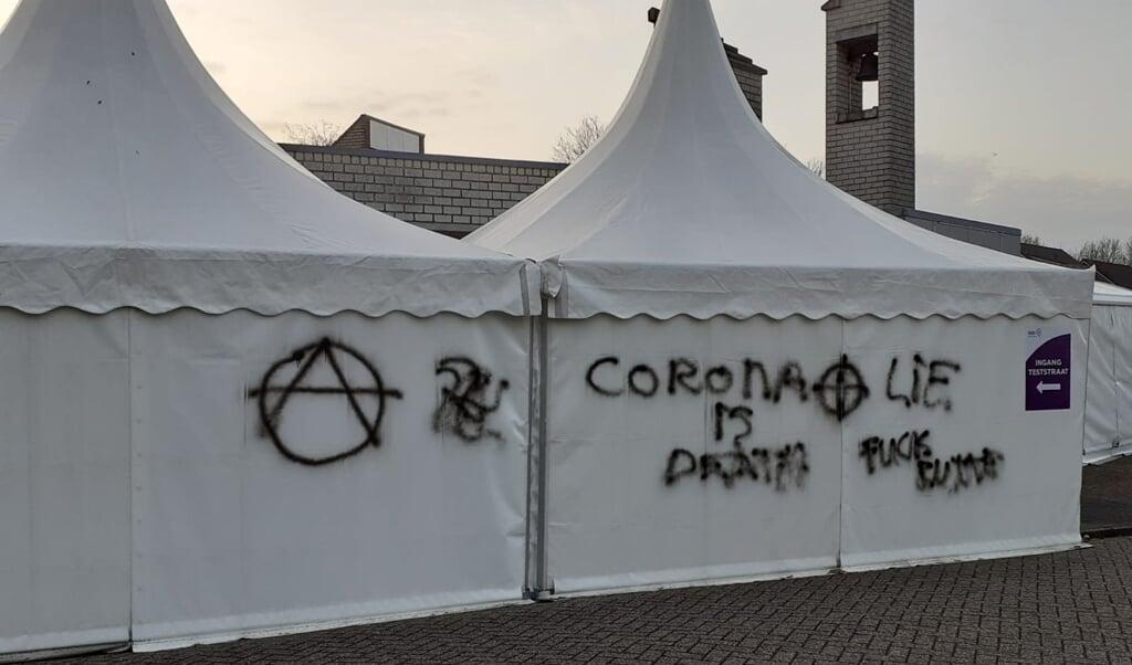 Bekladdingen op de GGD-tent bij de coronatestlocatie in de Immanuelkerk in Bunschoten.  (beeld Immanuelkerk)