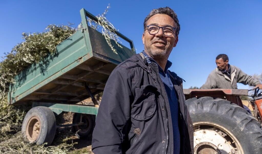 Slim Rekik is een voorbeeld van een Tunesische boer die met zijn olijfgaard is overgestapt op irrigatiebouw.  (beeld Sven Torfinn)
