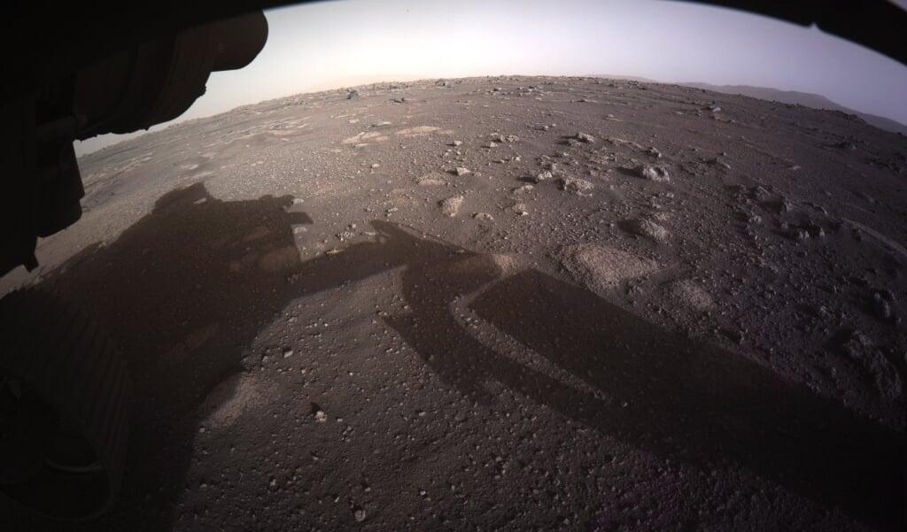 De eerste teruggezonden foto van de NASA-Marslander 'Perseverance'.  (beeld epa / nasa)