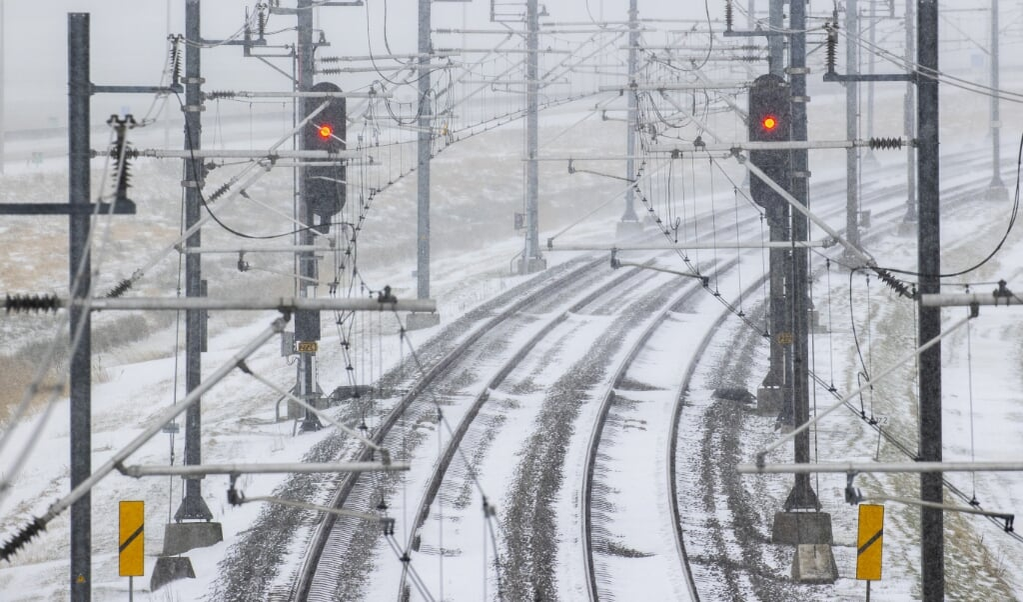 Sneeuw op de Hanzespoorlijn met de seinen op rood. 'De angst voor dingen die kunnen misgaan, is gegroeid.'  (beeld anp / Vincent Jannink)