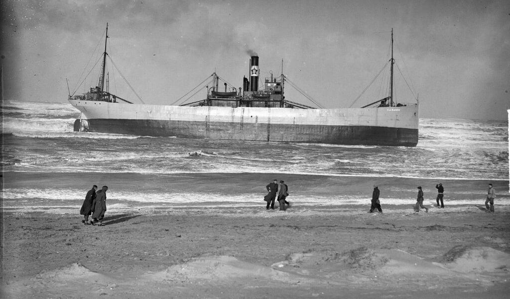 Voor de kust van Bloemendaal liep in 1949 een Zweeds vrachtschip vast.  (beeld Nationaal Archief)