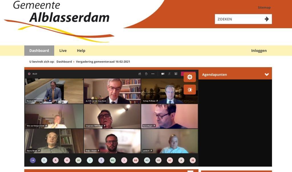 Dominee Van der Tang spreekt de gemeenteraad van Alblasserdam toe, die dinsdagavond digitaal bijeen kwam.  (beeld nd)