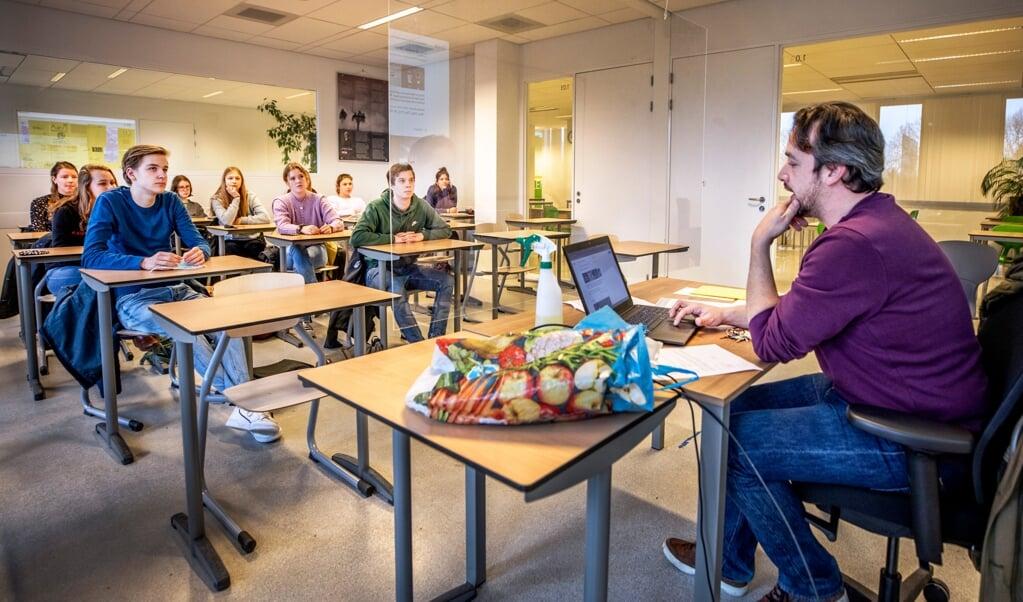 Docent Engels Maarten Dijkhuizen geeft les aan de vwo-examenklas van het Gerrit Rietveld College in Utrecht.  (beeld Raymond Rutting)