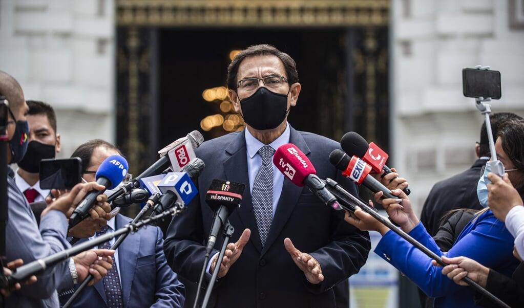 De Peruaanse oud-president Martín Vizcarra beweerde dat hij als proefpersoon had meegedaan aan het Sinopharm-onderzoek, maar de verantwoordelijke universiteit liet weten dat de ex-president niet voorkwam in het deelnemersbestand.  (beeld afp / Ernesto Benavides)