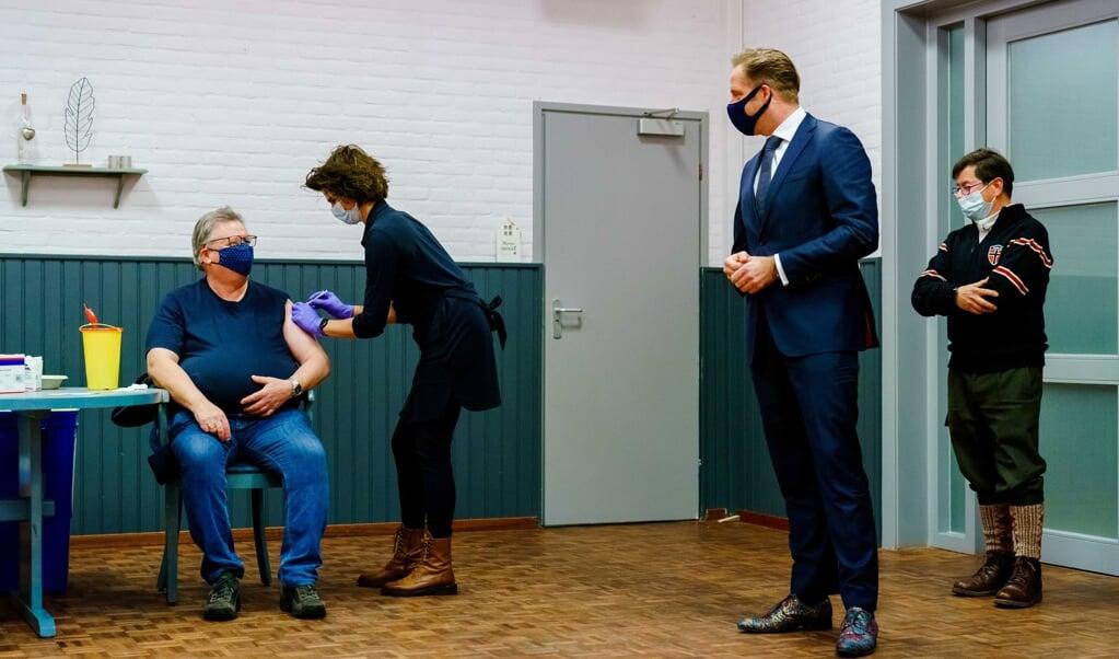 Minister Hugo de Jonge is aanwezig bij vaccinaties met het AstraZeneca-vaccin in Bruinisse.   (beeld epa / Marco de Swart)