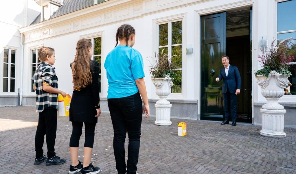 Premier Mark Rutte bestelt de eerste kinderpostzegels op het Catshuis, september 2020. 'De 21e eeuw zal toebehoren aan het individu, geëmancipeerd door scholing en moderne technologie', schreef een optimistische Rutte in 2010.  (beeld anp / Bart Maat)