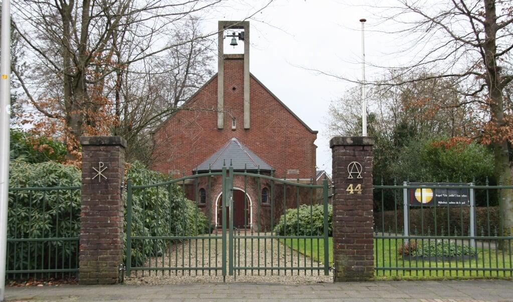 Op het hek voor kapel Uit Liefde staan christelijke symbolen.  (beeld nd)