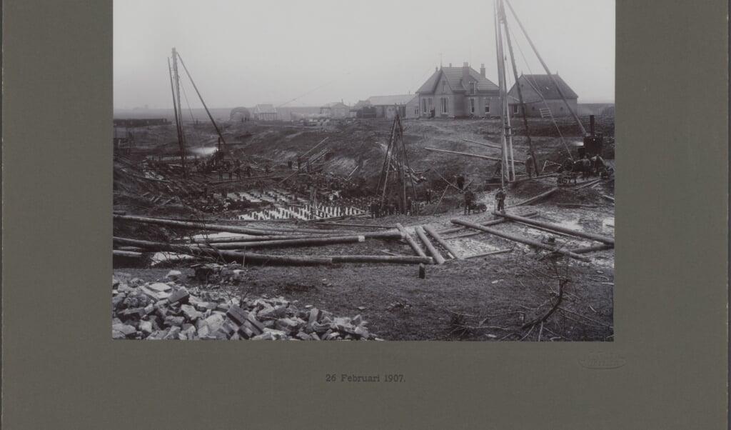 Te zien is hoe er gewerkt werd aan de sluis bij Nieuwe Statenzijl.  (beeld Nationaal Archief)