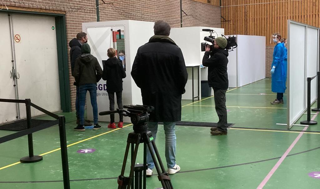 Afgelopen week kwam een cameraploeg van EenVandaag een kijkje nemen bij het testen in Sporthal de Toekomst.  (beeld Sjaak van de Groep)