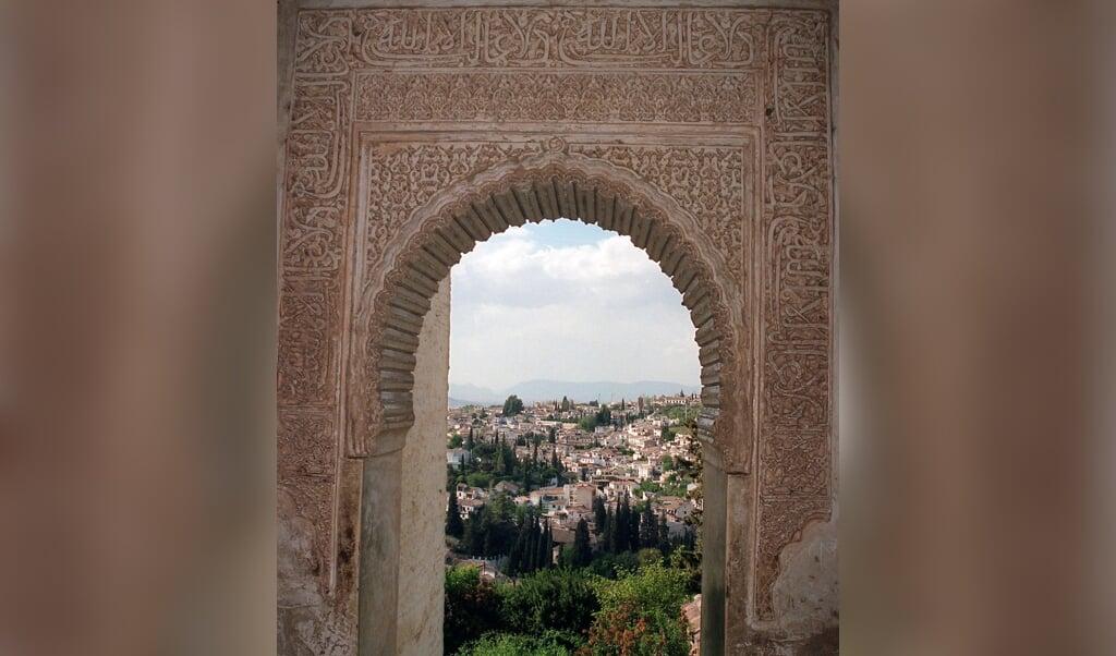 De Spaanse stad Granada gezien vanuit het Alhambra-paleis uit de tijd dat Andalusië een voornamelijk islamitische cultuur kende.  (beeld afp / Dominique Faget)