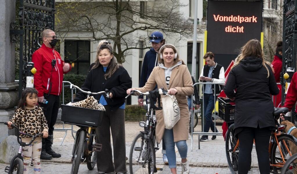 De gemeente Amsterdam sloot gisteren opnieuw het Vondelpark, omdat het er te druk was.  (beeld anp / Evert Elzinga)