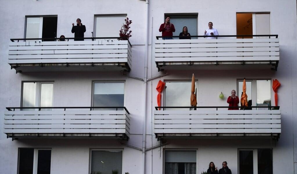 Corona leidt tot het zoeken van alternatieve vormen voor onderling contact: een concert voor flatbewoners in Dortmund, Duitsland.   (beeld afp / Ina Fassbender)