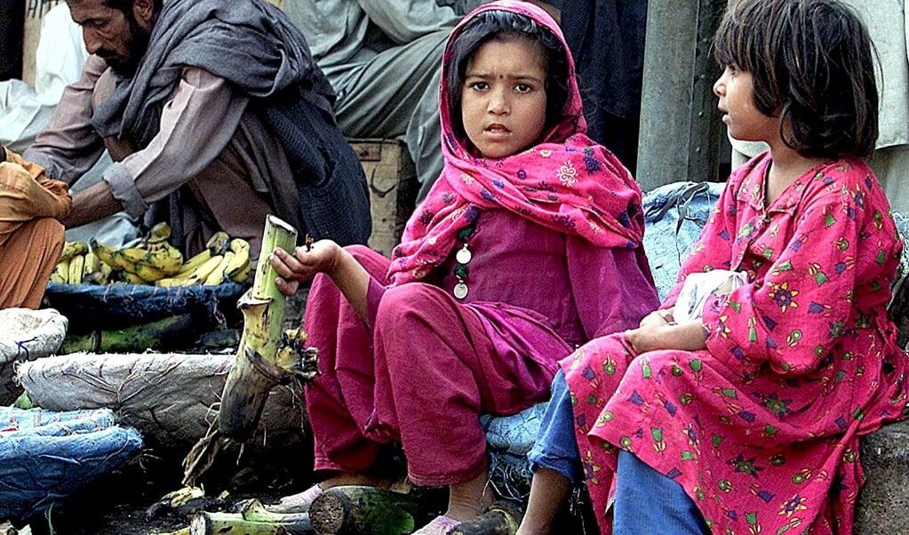 Pakistaanse meisjes op een groentemarkt. Jaarlijks worden er in Pakistan duizend meisjes en vrouwen ontvoerd, verkracht en gedwongen te trouwen met de dader.   (beeld epa Photo Afp/marwan Naamani)