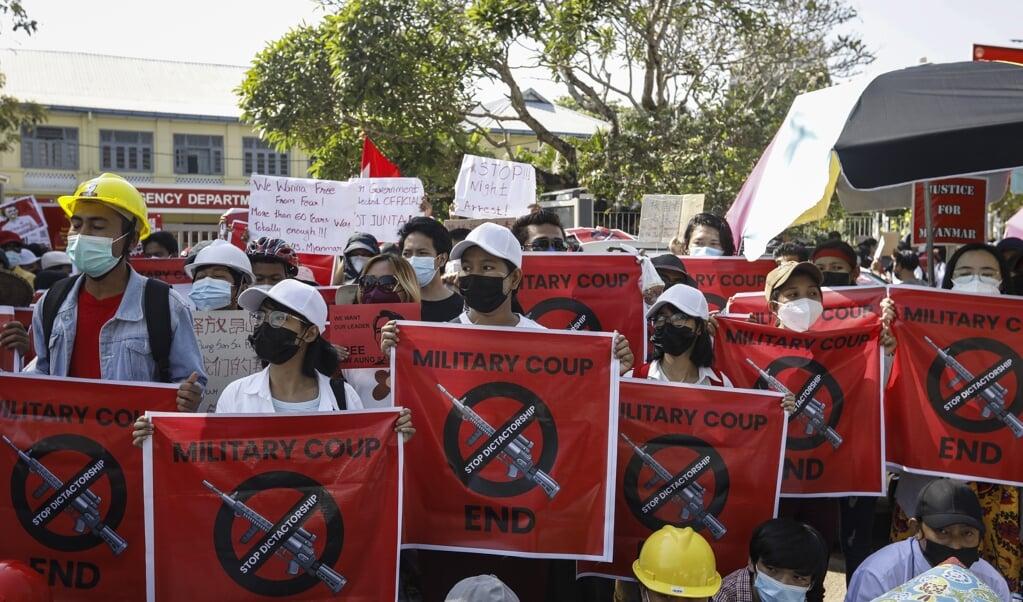 Demonstranten verzamelen zich voor de Chinese ambassade in Rangoon.  (beeld epa / Nyein Chan Naing)