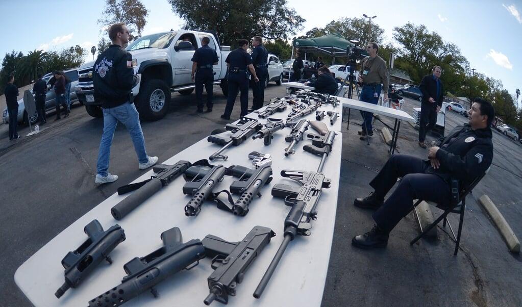 In de VS zijn er al diverse wapeninleverprogramma's geweest. Maar het aantal wapens vermindert er niet door. In plaats van geld kun je mensen beter iets anders geven in ruil voor het wapen. Dat bleek in landen als Rwanda, Albanië, Congo goed te werken.  (beeld Joe Klamar / afp)