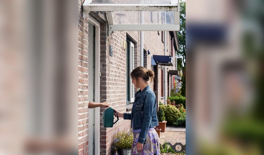De huis-aan-huiscollecte is volgens goededoelen.nl de meest gewaardeerde manier om te doneren aan een goed doel, want: incidenteel, snel en anoniem.  (beeld anp / Roos Koole)