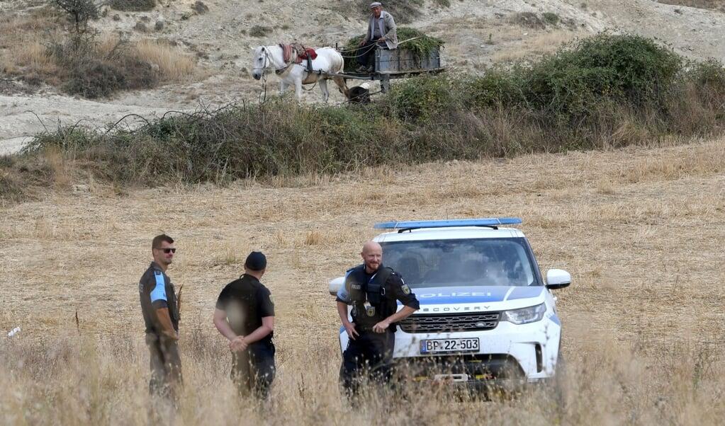 Leden van het Europese agentschap Frontex patrouilleren in 2019 langs de grens tussen Albanië en Griekenland.  (beeld afp / Gent Shkullaku)