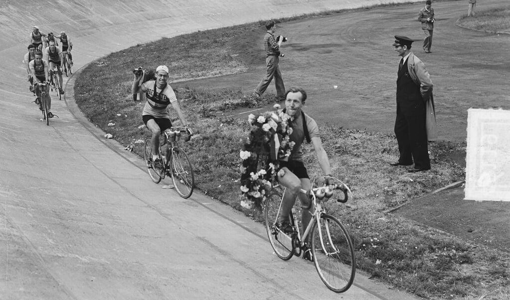 Jan Bogaerts maakt een ereronde door het stadion.  (beeld nationaal archief)