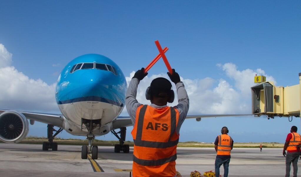 Een vlucht van KLM met de eerste vaccins voor Curacao komt aan in Willemstad. De luchtvaartmaatschappij hoopt dat de vraag naar tickets zal toenemen omdat steeds meer mensen worden gevaccineerd.  (beeld anp / Prince Victor)