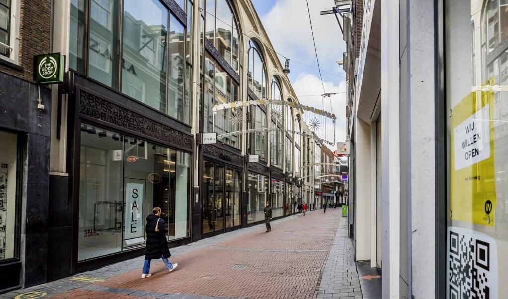 Een lege winkelstraat in het centrum van Amsterdam. Vanaf 2 maart mogen klanten ook op afspraak winkelen.  (beeld anp / Remko de Waal)
