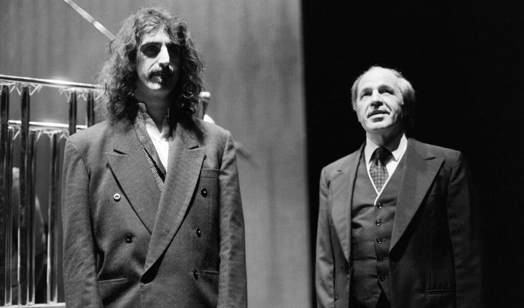 De Franse componist en dirigent Pierre Boulez werkte in 1984 samen met gitarist en medecomponist Frank Zappa, in het Theatre de la Ville in Parijs.  (beeld AFP)