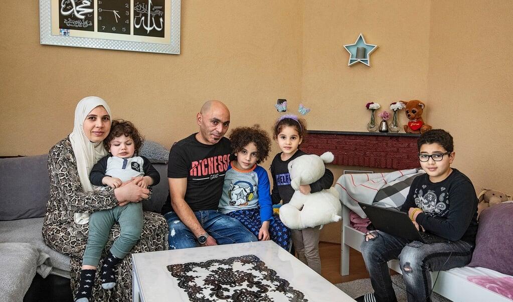 De familie El Adel, zes mensen in een kleine sociale huurwoning met achterstallig onderhoud. De kinderen slapen s'nachts op de bank.  (beeld Guus Dubbelman / vk)