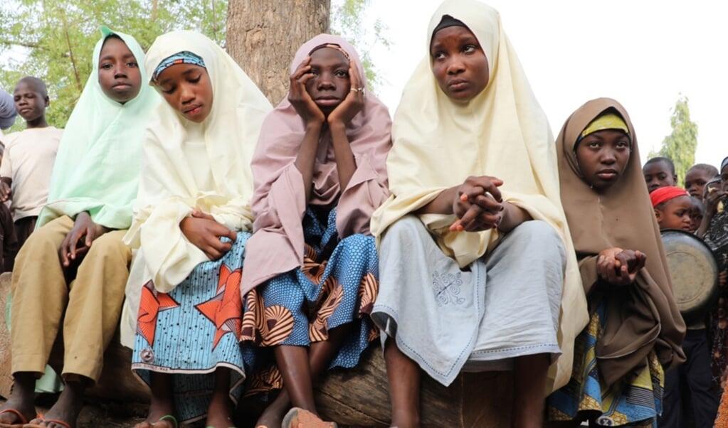 Aan ontvoering door gewapende mannen ontsnapte scholieren wachten bij hun school op hun ouders bij de Jangebe Government Girls Secondary School in Zamfara.   (beeld epa / str)