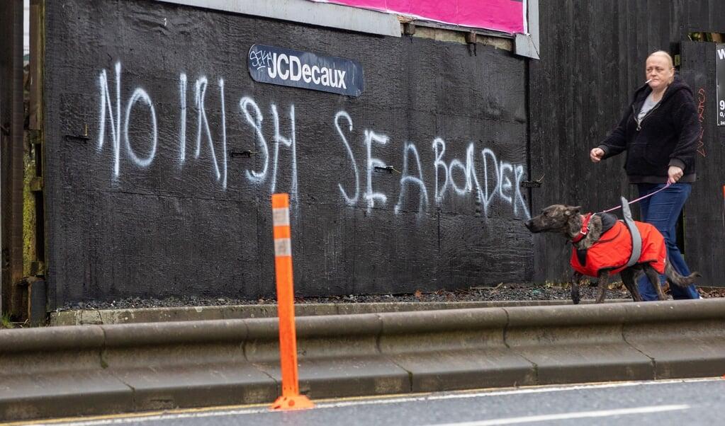 'Geen grens in de Ierse Zee', staat - vrij vertaald - op deze muur in Belfast.   (beeld afp / Paul Faith)