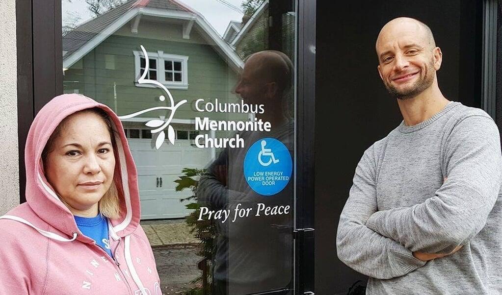 Edith Espinal en Joel Miller voor het gebouw van de doopsgezinde Columbus Mennonite Church.  (beeld nd)
