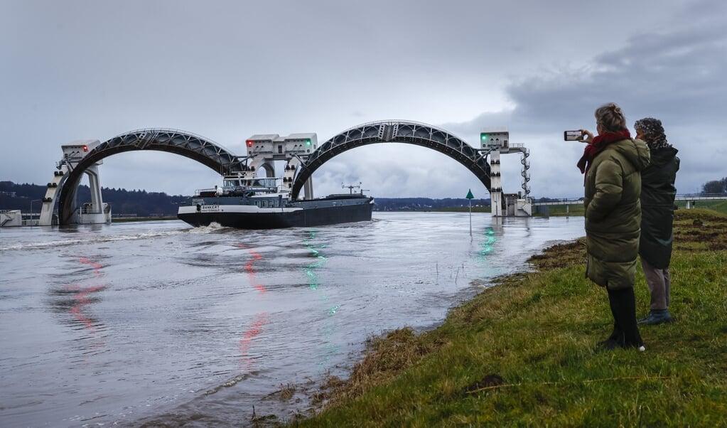 Rijkswaterstaat heeft de stuwen in de Nederrijn-Lek bij Driel opengezet.  (beeld anp / Vincent Jannink)