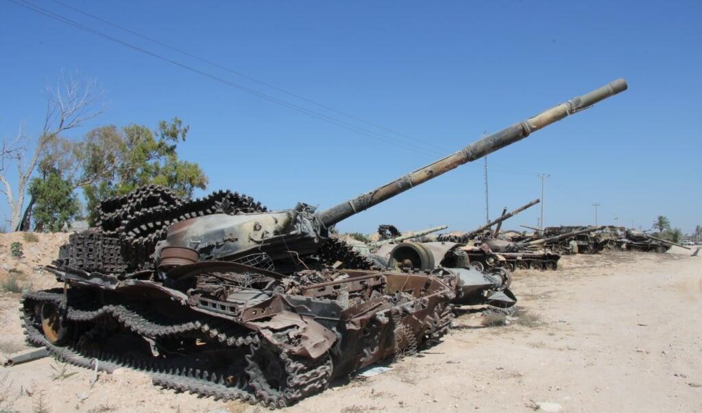 Een reeks kapotte tanks in Libië als stille getuigen van het geweld.  (beeld Joe Pyrek)