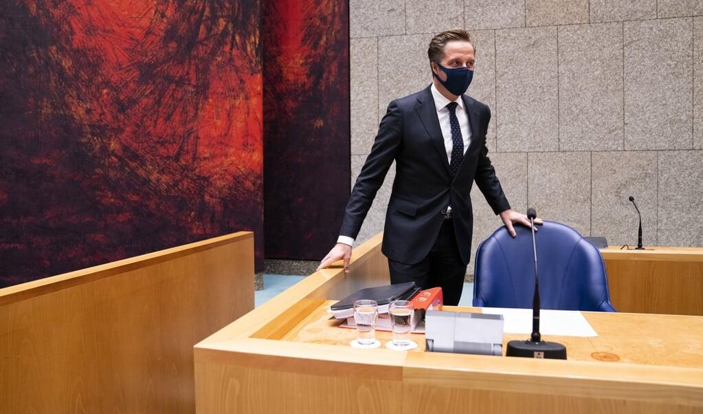 Demissionair minister Hugo de Jonge in de Tweede Kamer tijdens een debat over de ontwikkelingen rondom het coronavirus. 'Juist omdat crisissituaties steeds complexer worden, vereist het leiderschap en professionaliteit.'  (beeld anp / Bart Maat)