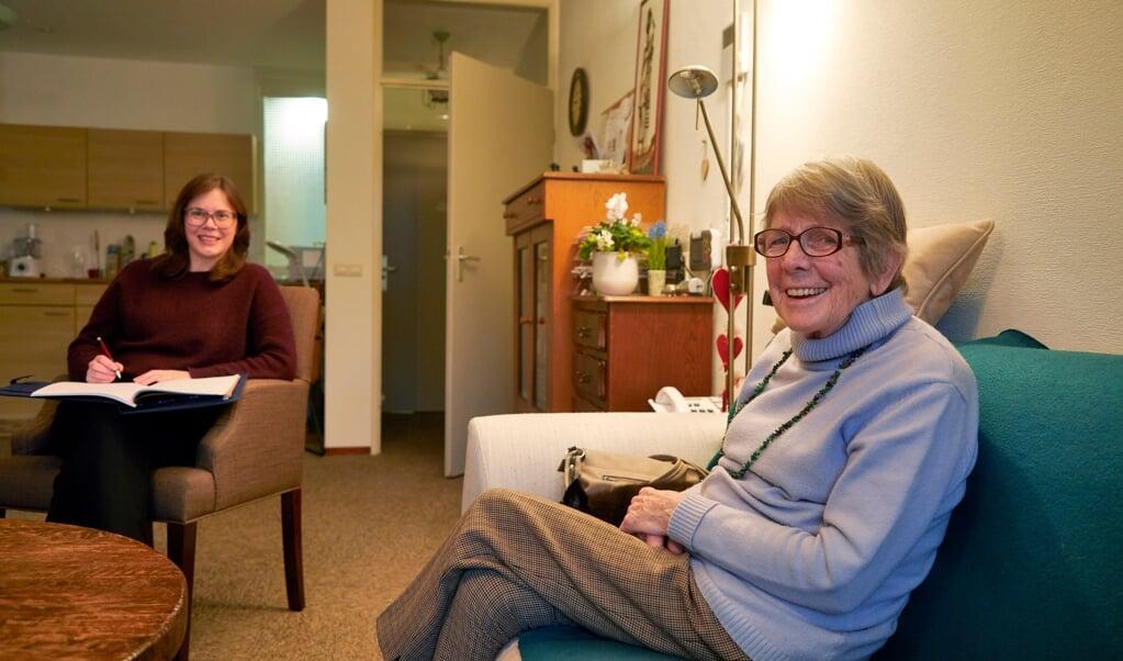 Journalist Astrid van den Hoek interviewde ouderen in coronatijd en merkte dat er veel behoefte is aan verbinding.   (beeld Jaco Klamer)