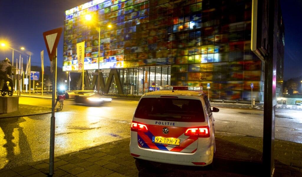 Beveiliging bij de ingang van het Mediapark in Hilversum, de ochtend nadat Tarik Z. in 2015 de studio van de NOS binnendrong.  (beeld anp / Jerry Lampen)