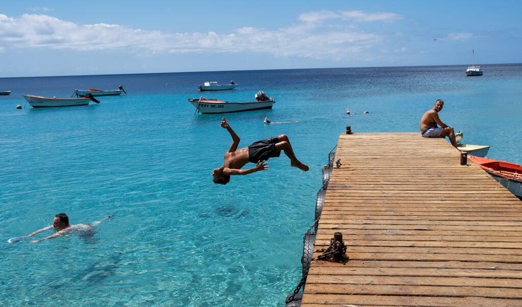 Een koele duik bij Playa Piskado.  (beeld Sabine Van Wechem)