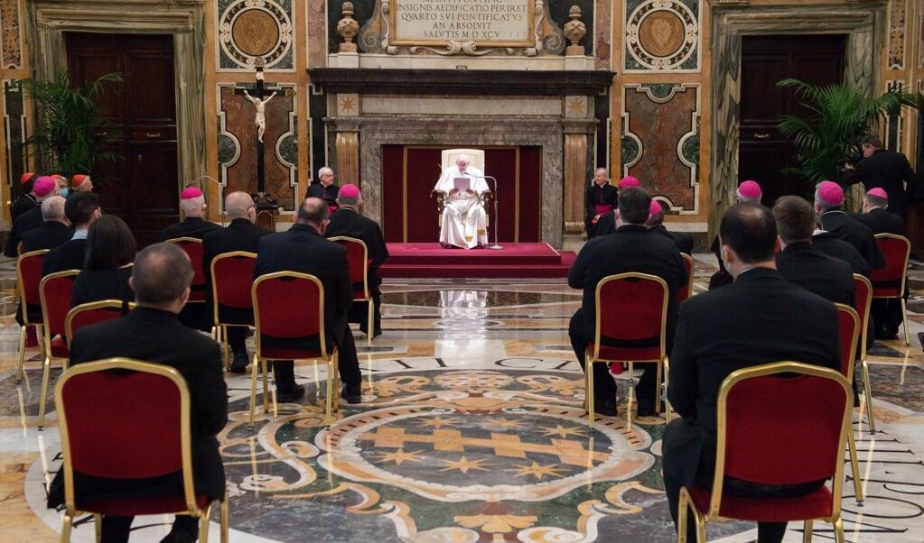 Paus Franciscus tijdens zijn toespraak tot de medewerkers van het catechesedepartement van de Italiaanse bisschoppenconferentie.  (beeld epa / vatican media )