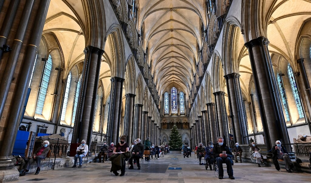 In de kathedraal van Salisbury, zuid-west Engeland, zitten mensen op veilige afstand van elkaar nadat ze gevaccineerd zijn tegen het coronavirus.   (beeld afp / Justin Tallis)