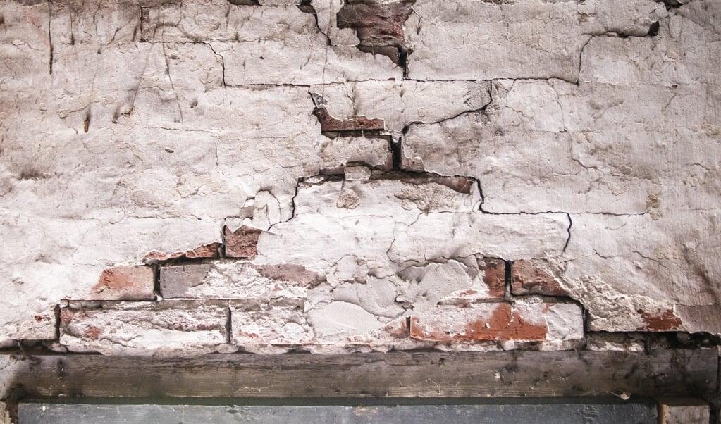 Schade aan een boerderij in Wirdum. De afwikkeling van aardbevingsschade door gaswinning verloopt voor velen moeizaam.  (beeld anp / Anjo de Haan)