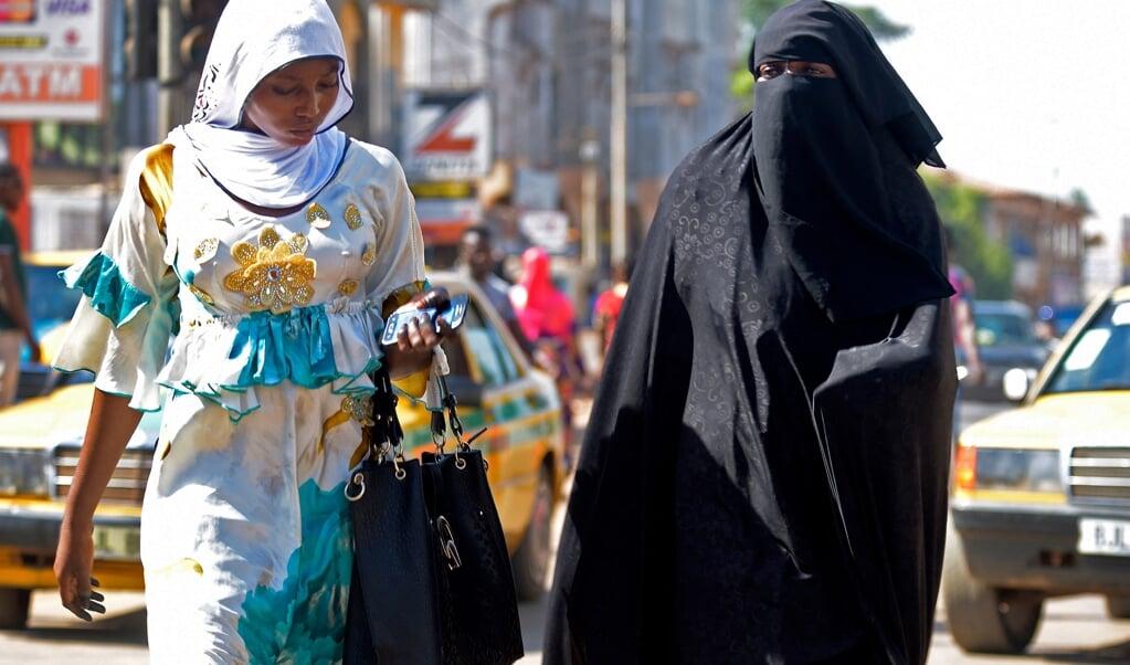 Feministen in Gambia vinden dat vrouwen zelf moeten kunnen beslissen of ze een huidbleekmiddel gebruiken.  (beeld afp)