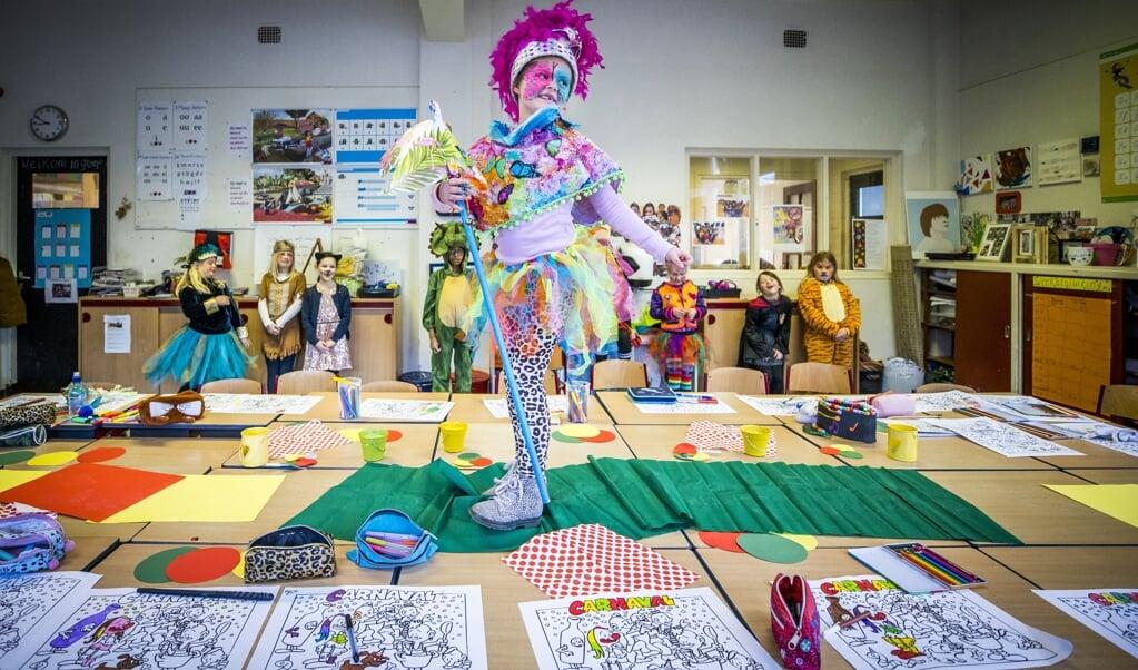 Carnavalsviering op de Tarcisiusschool in Heerlen. De basisscholen gingen op 8 februari weer open in combinatie met een ruimer testbeleid.  (beeld anp / Marcel van Hoorn)