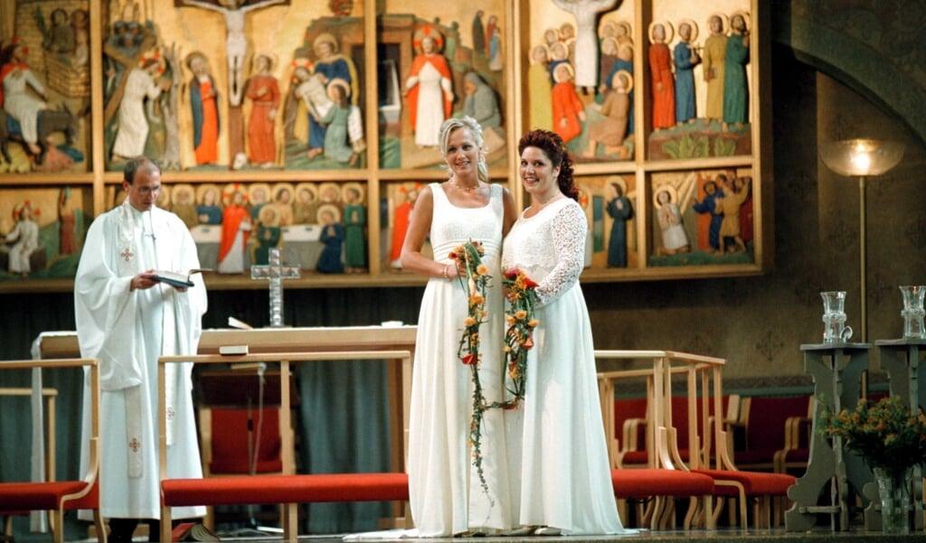 Zegening van een geregistreerd parterschap in de Zweedse lutherse kerk in 2001.  (beeld afp / Larseric Linden)