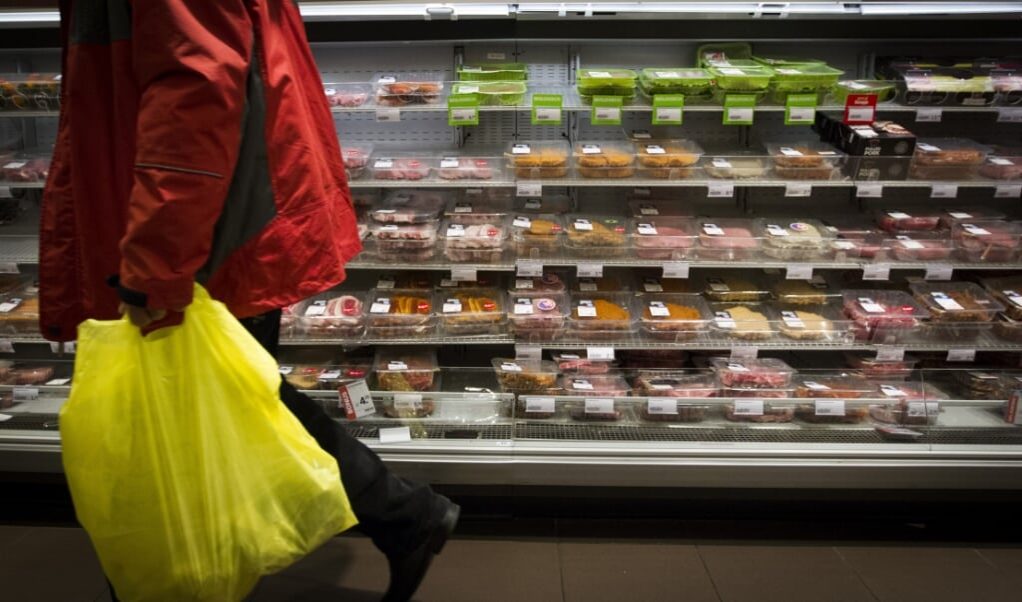 De verkoop van vlees in supermarkten is in twee jaar tijd bijna 10 procent afgenomen.  (beeld anp / Jeroen Jumelet)