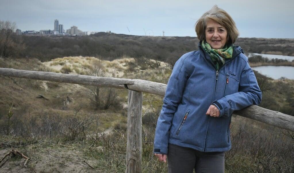 Georgette Leltz, met op de achtergrond de skyline van Scheveningen.  (beeld Theo Haerkens)