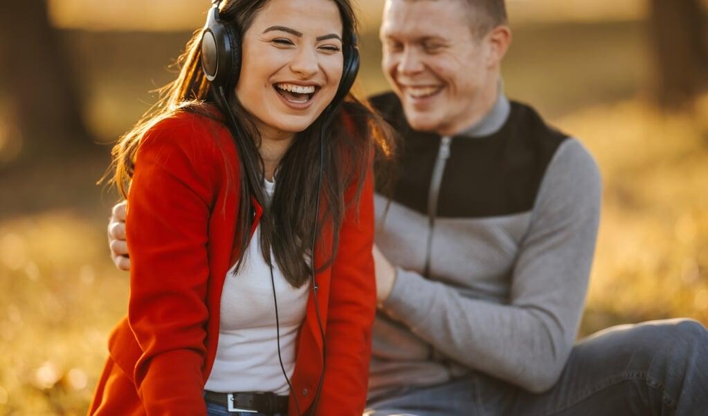 Speels gedrag is hét geheime ingrediënt voor een succesvolle langdurige relatie.  (beeld istock)